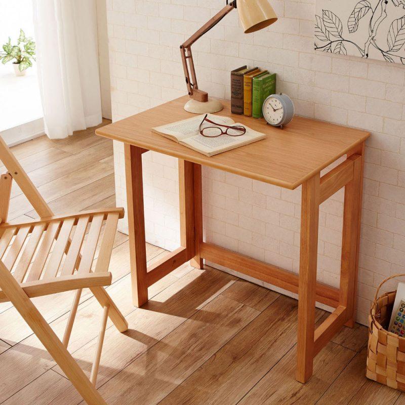 Bàn học làm từ gỗ tự nhiên có độ bền cao, giá cả hợp lý.