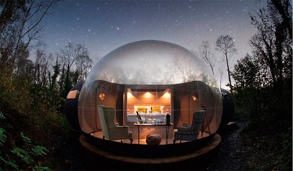 Resort bong bóng Attrap Reves vào ban đêm.