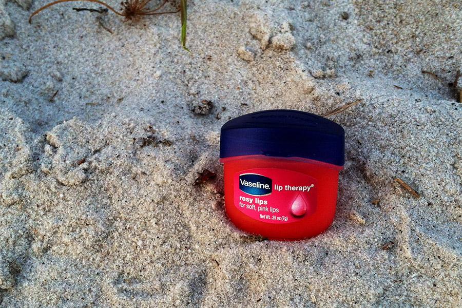 Son dưỡng môi Vaseline, son dưỡng môi trị thâm đáng dùng. 3. Son dưỡng môi DHC, son dưỡng môi tốt hàng đầu.
