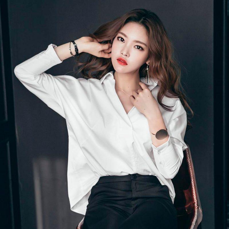 Áo sơ mi trắng tay dài, hiện đại trẻ trung, phong cách và quyến rũ.