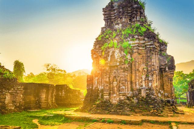 Thánh địa Mỹ Sơn khoác lên mình kiến trúc cổ kính, độc đáo của người Chăm. Nơi đây thu hút nhiều du khách trong và ngoài nước đến khám phá và trải nghiệm.