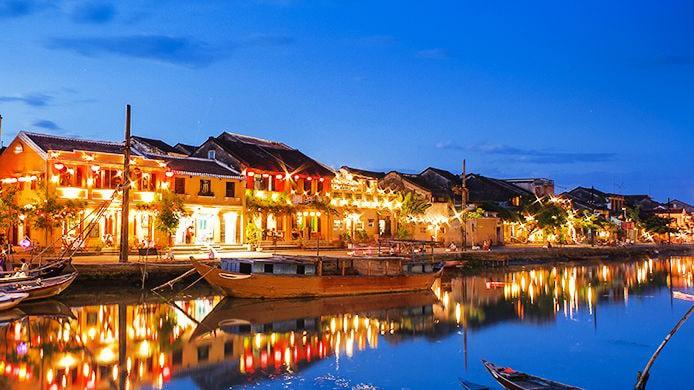Phố cổ Hội An nằm trong top địa điểm du lịch được giới trẻ săn đón hiện nay. Với những ngôi nhà cổ xưa, những chiếc lồng đèn lấp lánh, những ngọn đèn Hoa Đăng lung linh dòng sông Hoài khiến Hội An như một bức tranh màu tuyệt đẹp.
