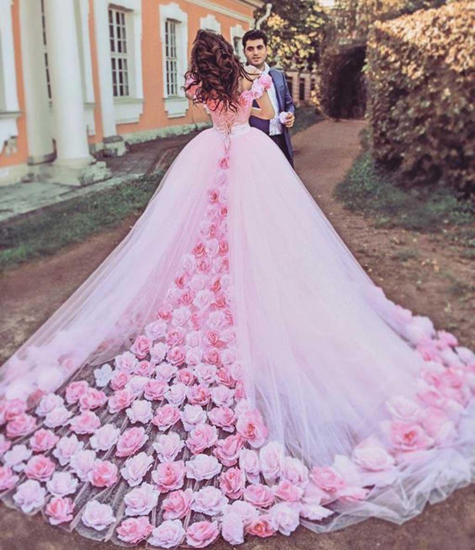 Hóa thân thành công chúa trong Kiểu áo cưới họa tiết hoa nổi