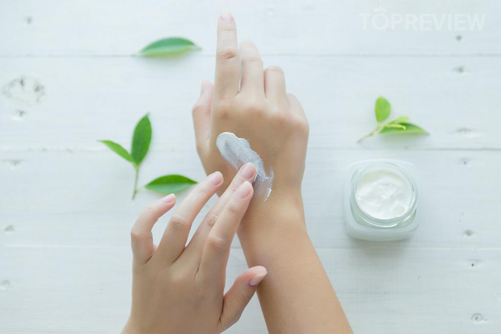Kem dưỡng ẩm giúp bàn tay được mịn màng và cung cấp đầy đủ độ ẩm cần thiết