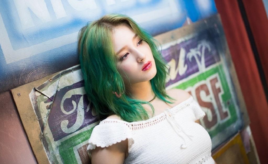 Nancy của nhóm nhạc Hàn Quốc Momoland thật lạ và phong cách với tóc màu xanh rêu.