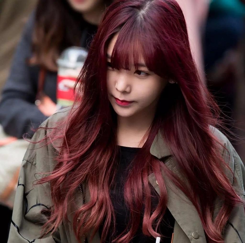 """Kết hợp ba màu nâu, đỏ, tím đã tạo nên màu """"Nâu Đỏ Ánh Tím"""" tinh tế đầy cá tính"""