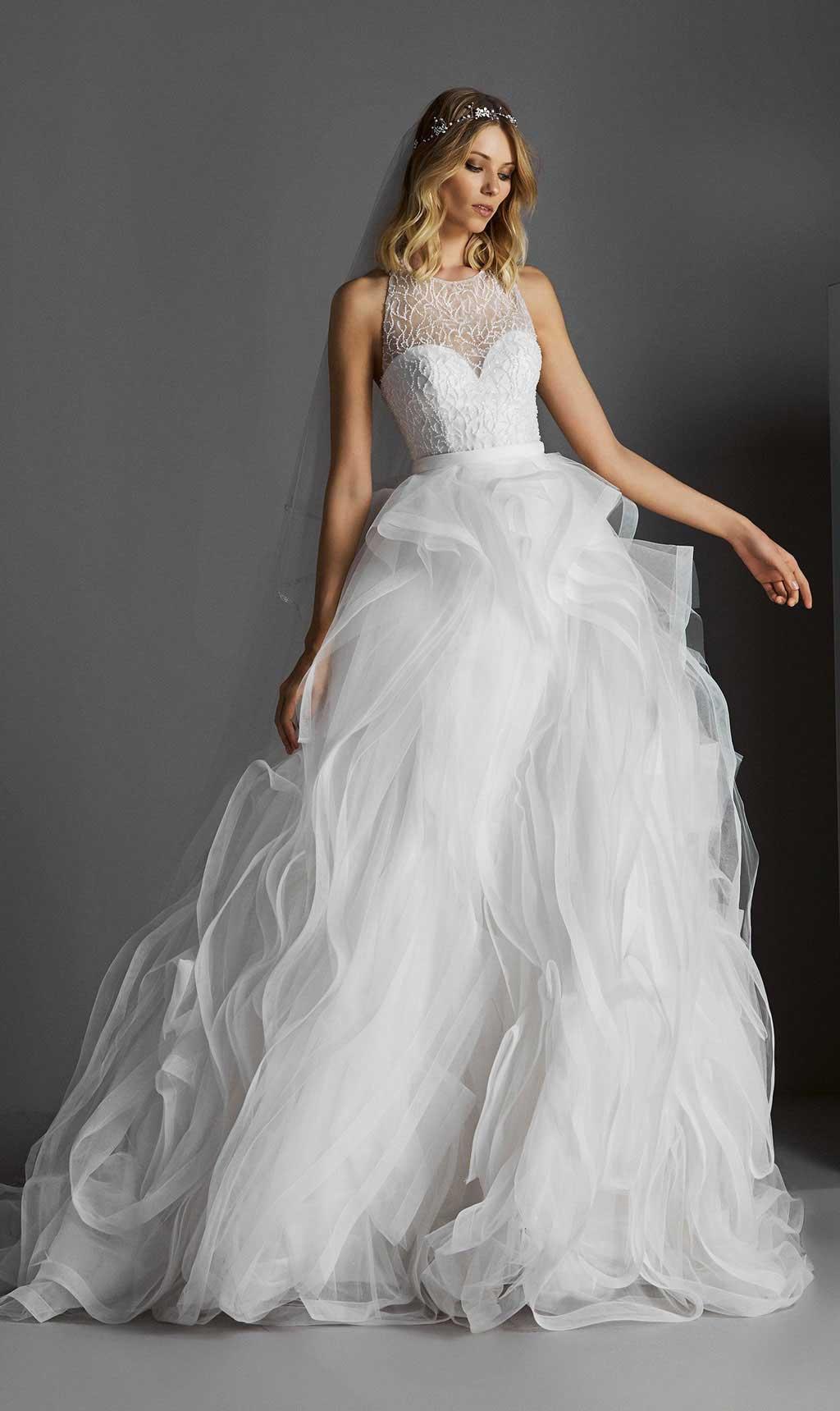 Váy cưới hoa nổi quyến rũ đơn giản.