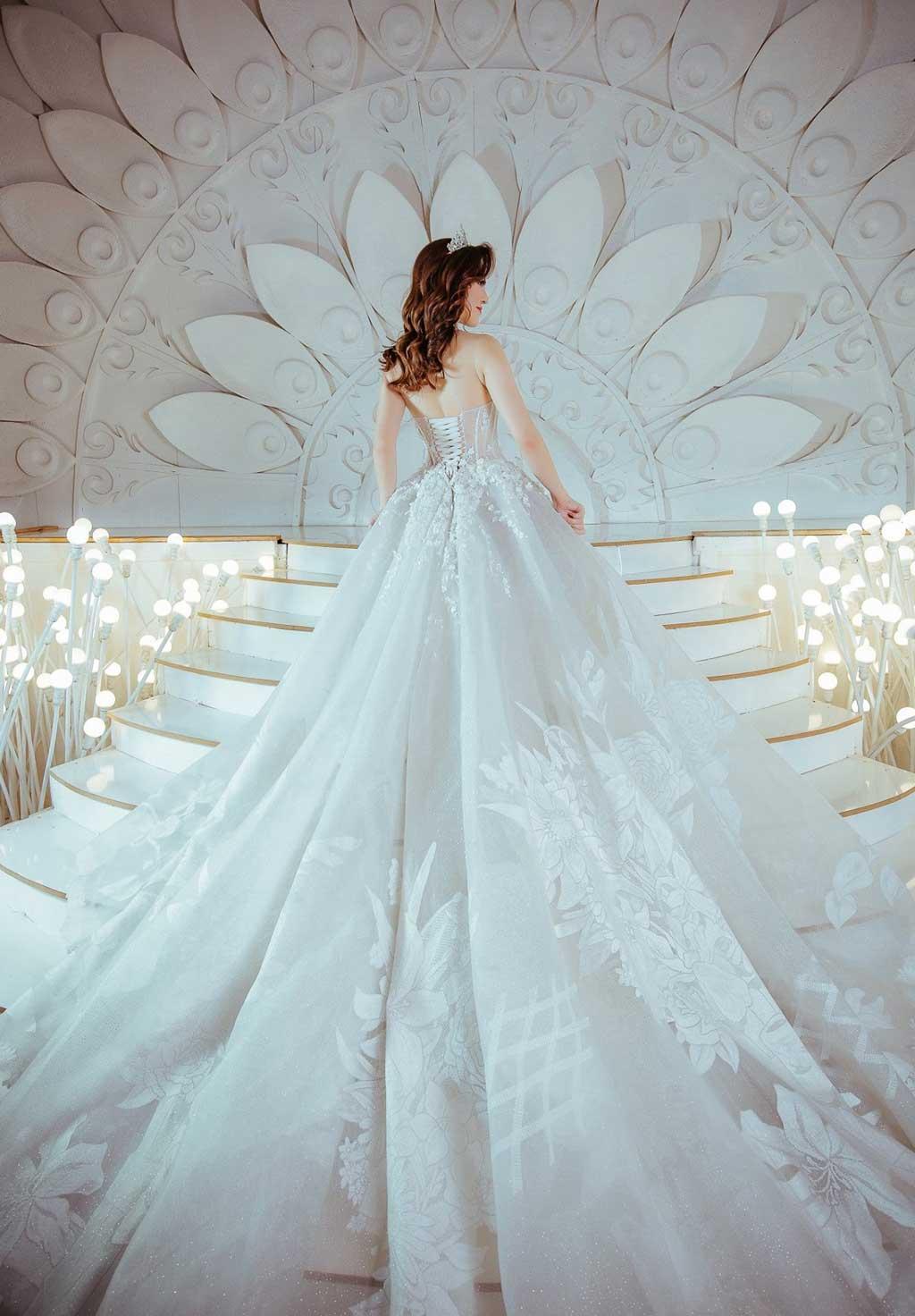 Kiểu áo cưới họa tiết hoa nổi phong cách cổ điển