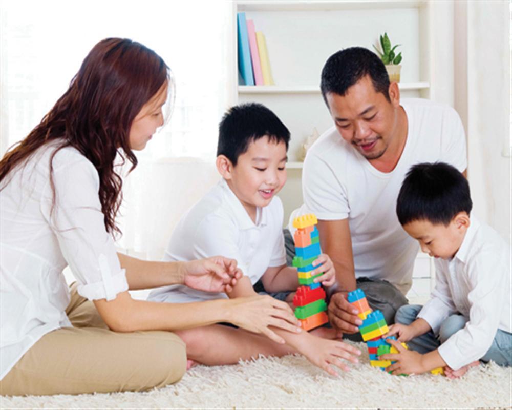 Vui chơi cùng con giúp con cảm nhận được tình yêu thương của gia đình.