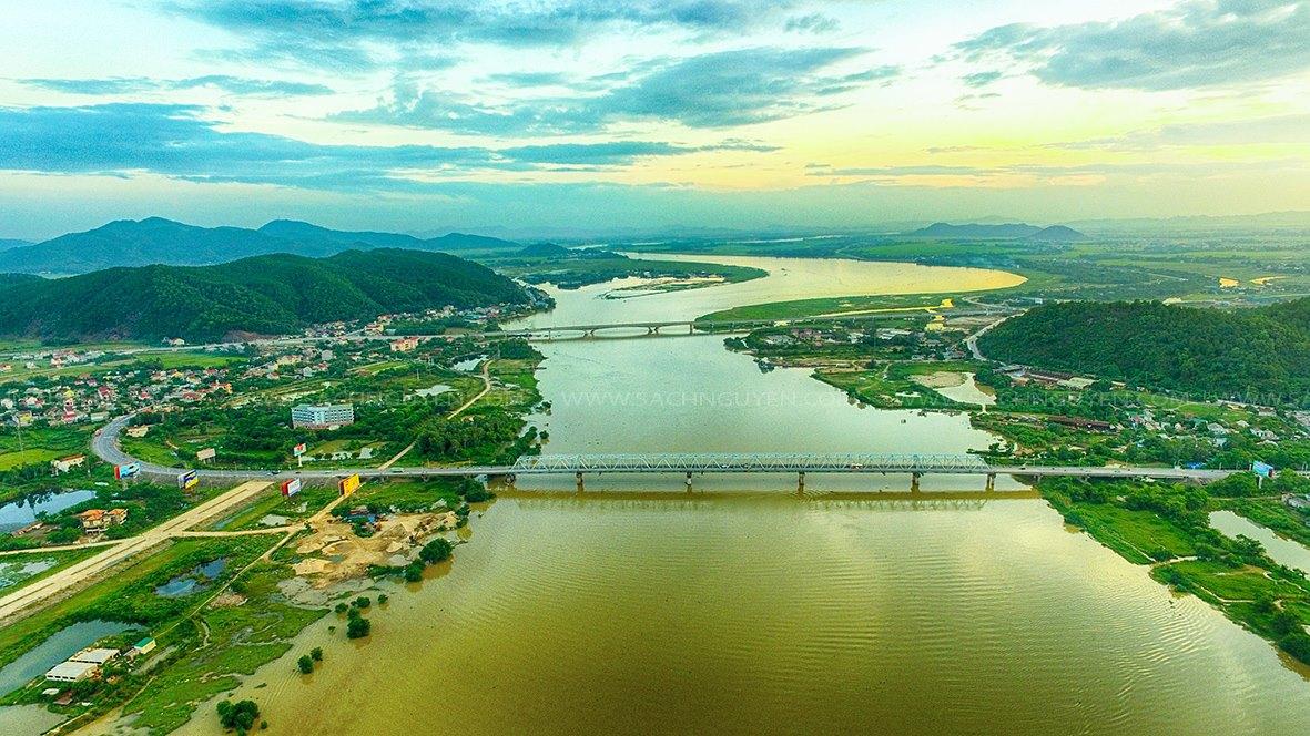 Ngắm cảnh non sông xứ Nghệ trên dòng sông Lam.