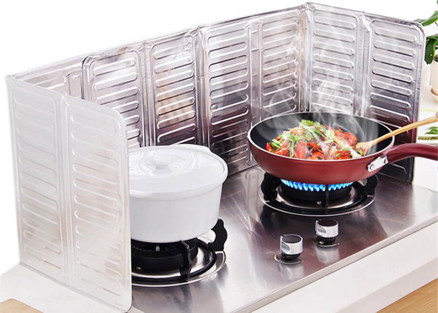 Bạn sẽ tiết kiệm được khoảng thời gian lau chùi sau khi nấu ăn nhờ tấm chắn dầu mỡ.
