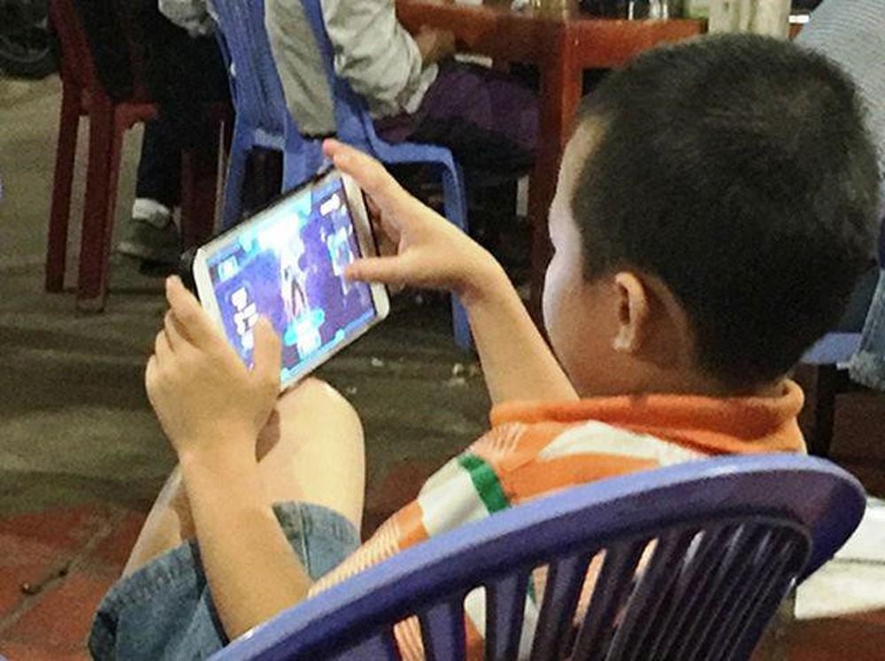 Nhiều ông bố bà mẹ thường cho con chơi điện thoại để có thể thoải mái làm việc.