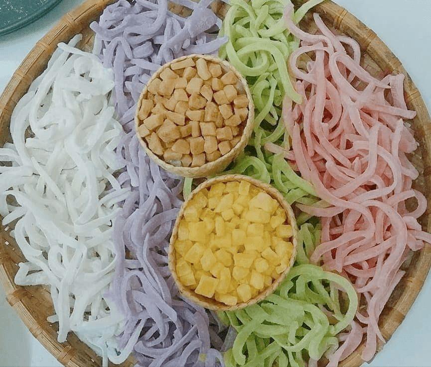 Mứt dừa được người miễn Tây làm thành nhiều vị với màu sắc khác nhau