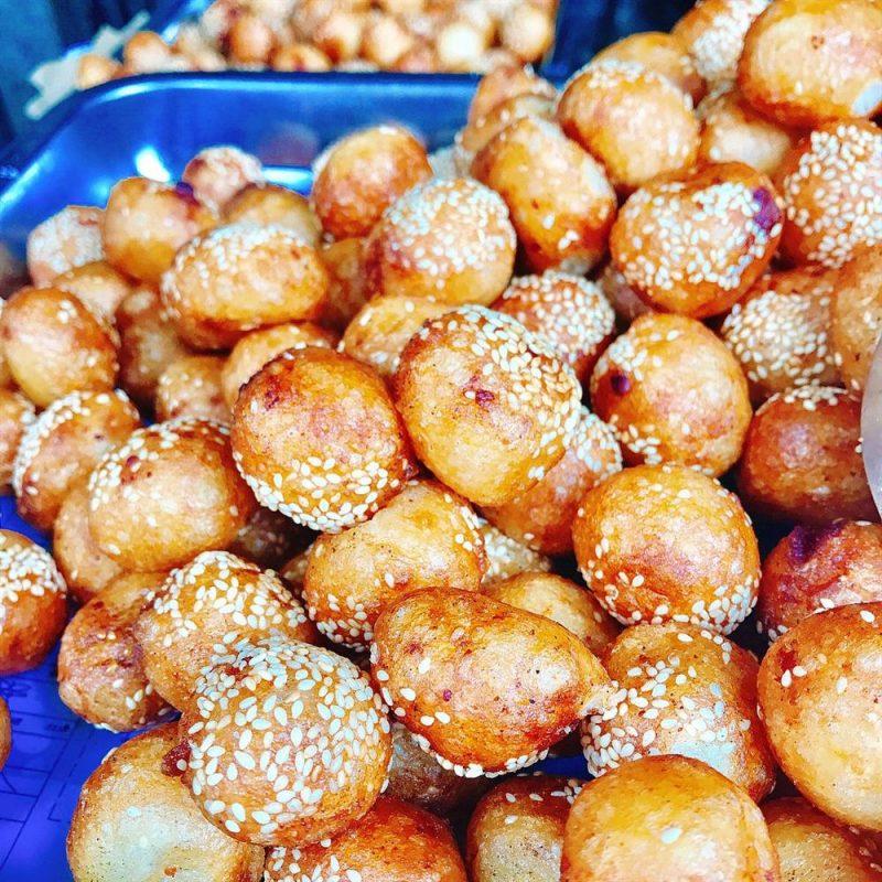 Bánh rán cổ truyền hàng Chiếu nóng hổi, vàng giòn