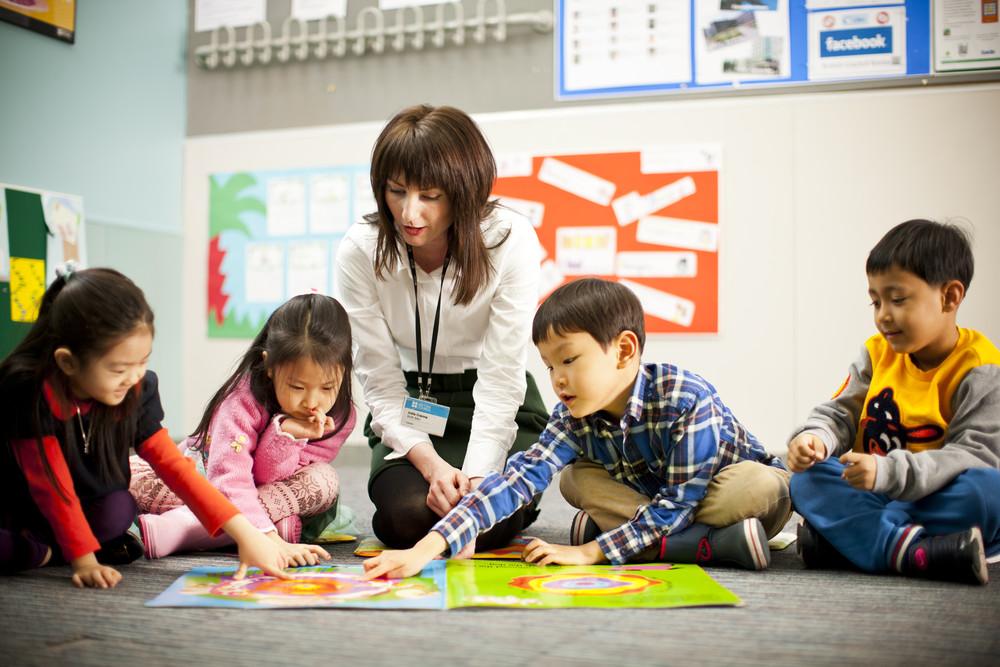 Nhiều phụ huynh thường bắt con học thêm để bằng bạn bè