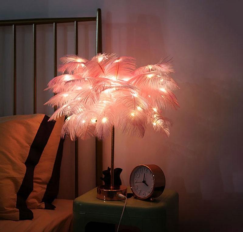 Đèn lông vũ tạo cho căn phòng sự tinh tế nhẹ nhàng.