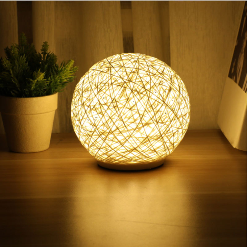 Đèn ngủ quả cầu mây được chế tạo thủ công một cách công phu tỉ mỉ.