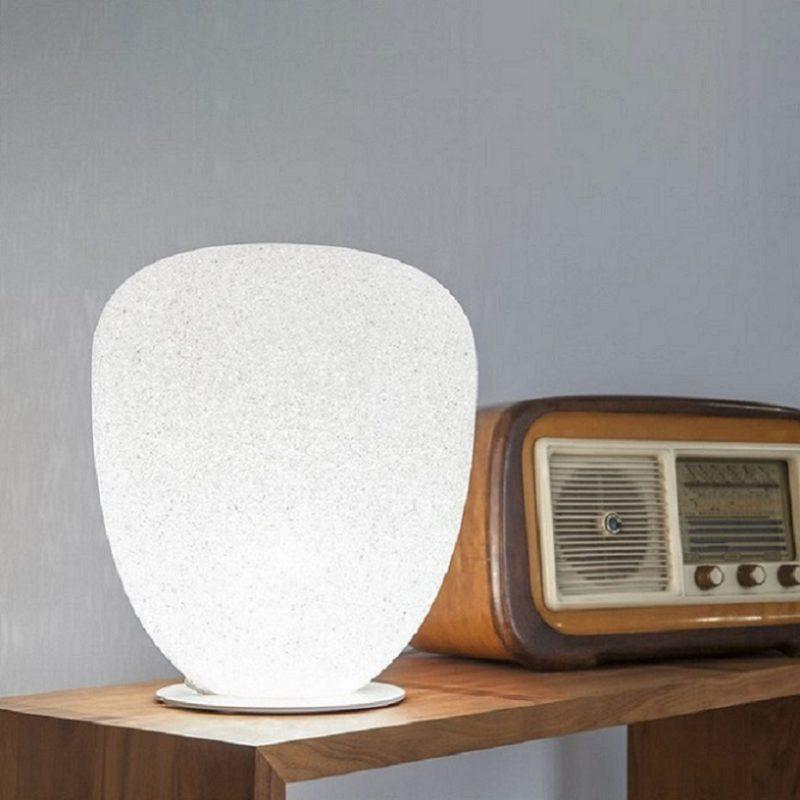 Nhìn bên ngoài chiếc đèn ngủ để bàn hình đá phát sáng tuy đơn giản nhưng đầy sự tinh tế.