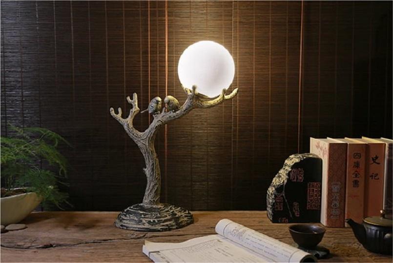 Thân đèn được chạm trổ như một nhánh cây tạo nên sự độc đáo.