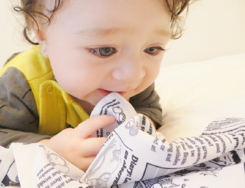 Báo khăn giấy cho trẻ em là đồ chơi giúp con kích thích xúc giác