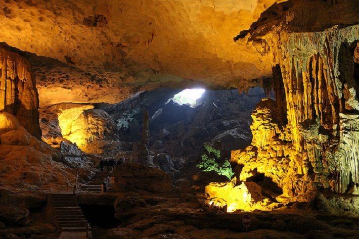 Những hang động trên vịnh Hạ Long thu hút nhiều du khách tham quan
