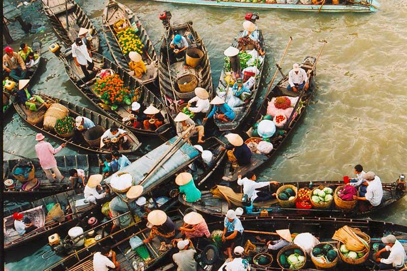 Những chiếc thuyền chở đầy hoa quả mang nét đặc trưng của miền Tây sông nước