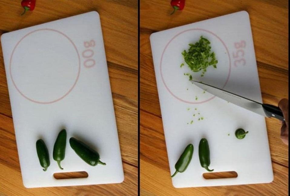 Bạn có thể dễ dàng nấu ăn khoa học với chiếc thớt định lượng.