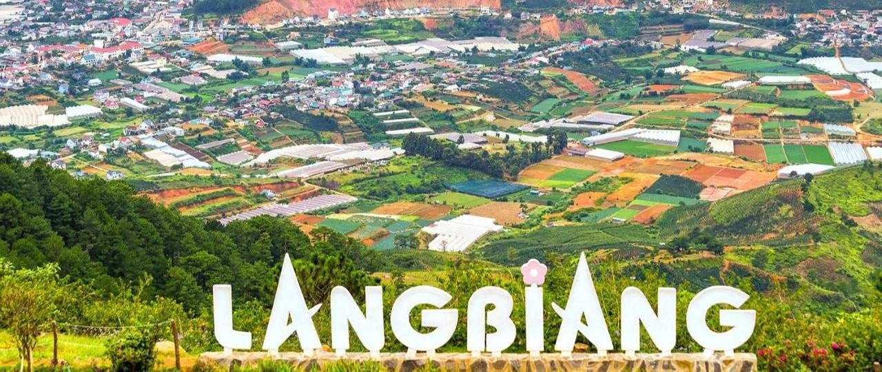Đỉnh Langbiang thu hút đông đảo khách du lịch khi đến Đà Lạt