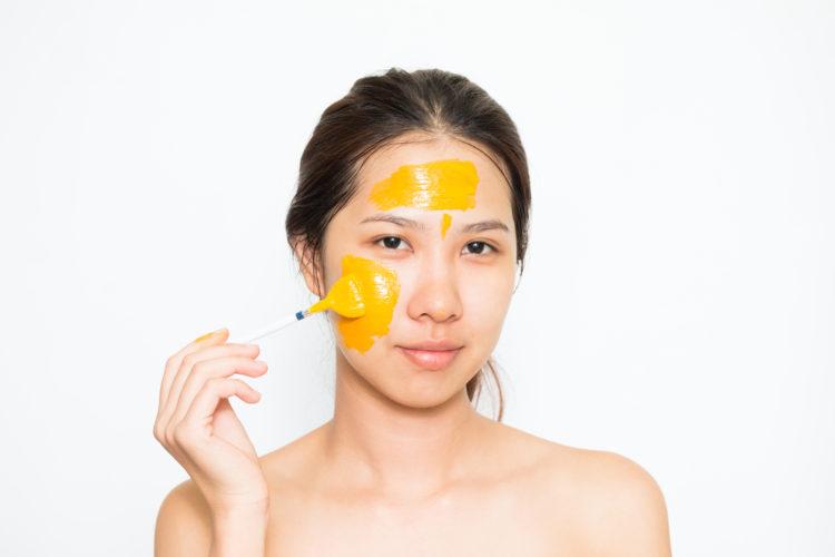 Mặt nạ tinh bột nghệ với Curcumin giúp da phụ nữ mịn màng.
