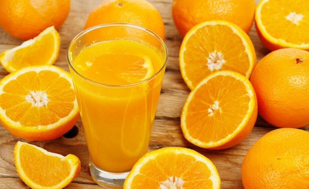Nước cam ép cùng bột đậu đỏ giúp da mịn màng.