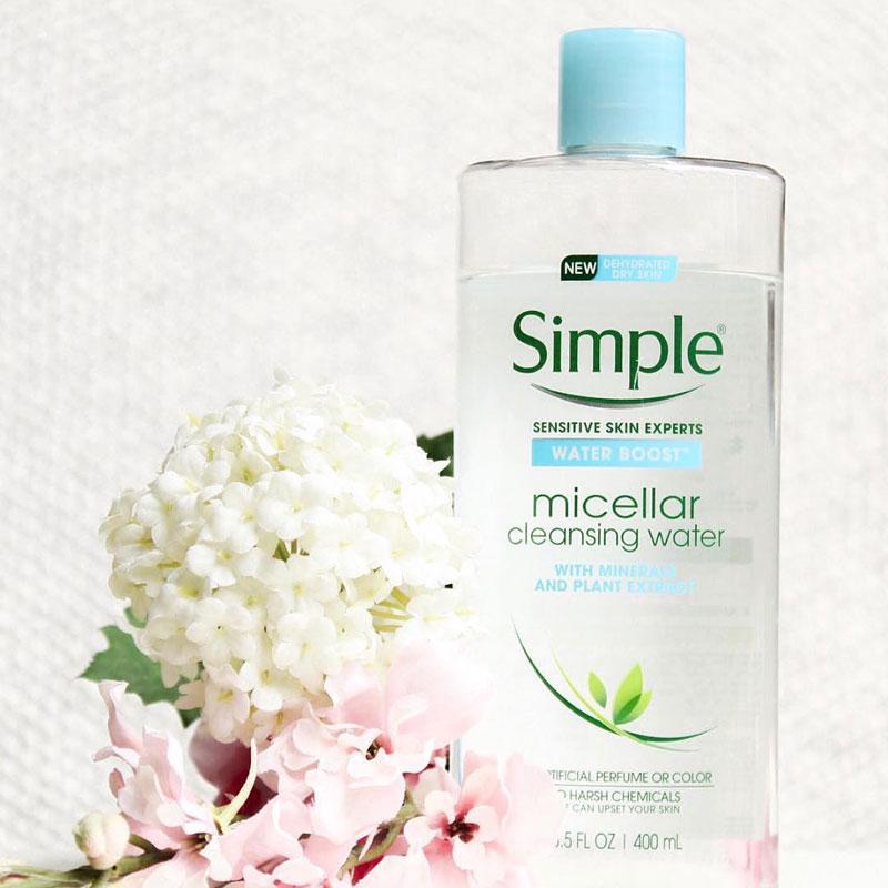Nước tẩy trang Simple nổi bật với khả năng tẩy trang tốt, không gây cảm giác nhờn rít sau khi sử dụng
