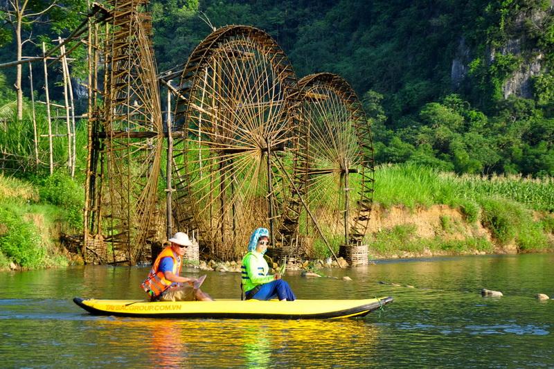 Đi bè trên sông Chăm