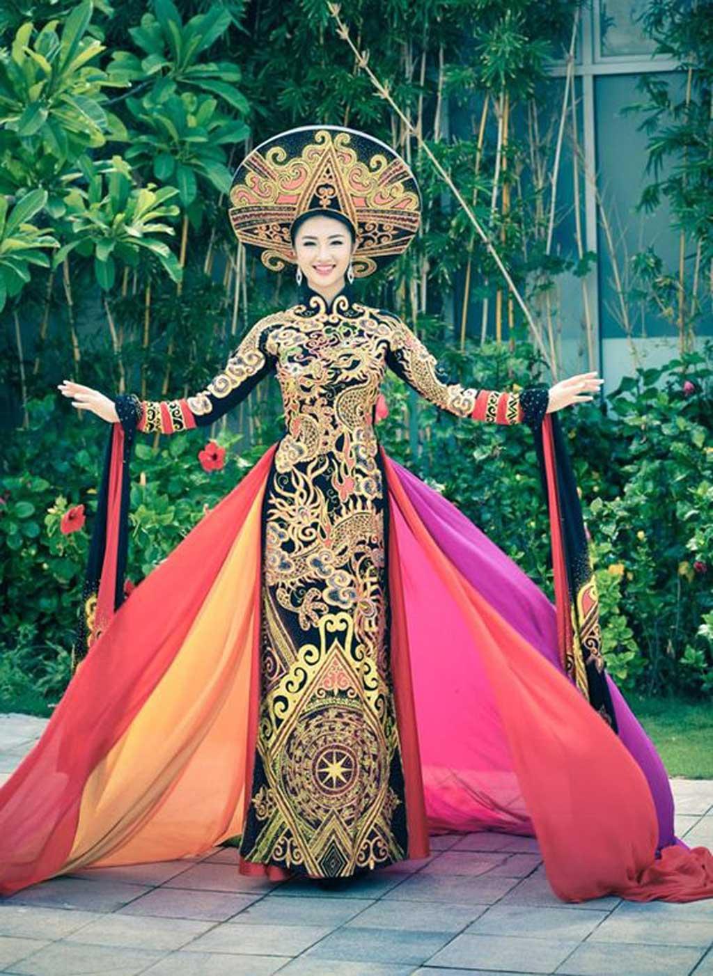 """""""quốc phục"""" Việt Nam."""