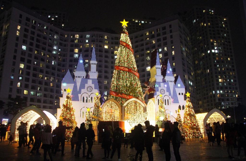 Cây thông Noel tại Royal City được tráng trí vô cùng hoành tráng