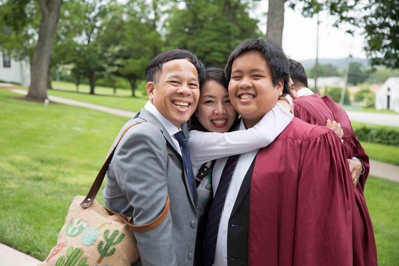 Đỗ Nhật Nam vui vẻ cùng gia đình trong lễ tốt nghiệp tại nước ngoài.