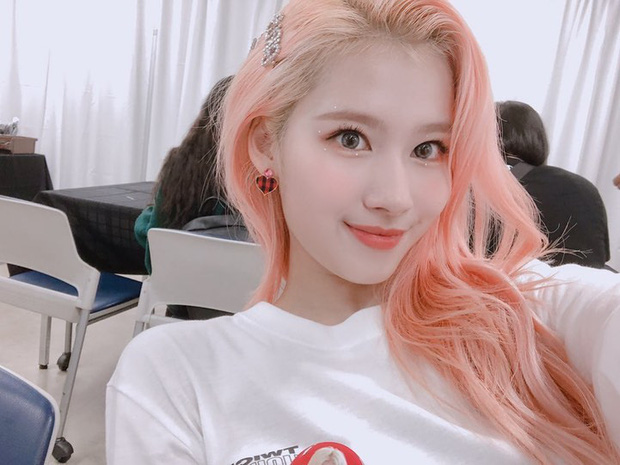 Sana nổi bật trong màu tóc hồng cam