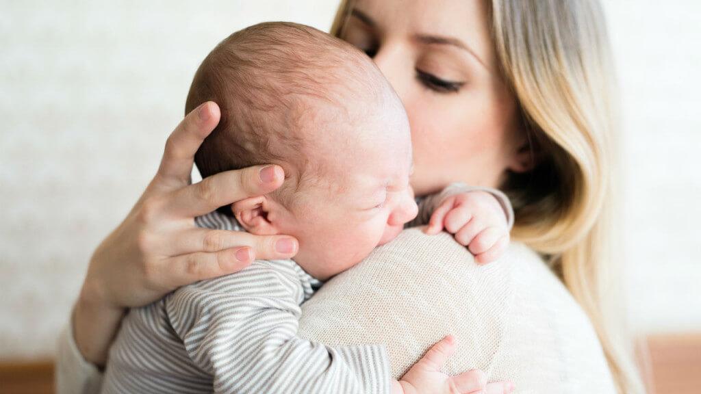 Nhiều bà mẹ thường phản ứng thái quá khi con mới chớm ốm.