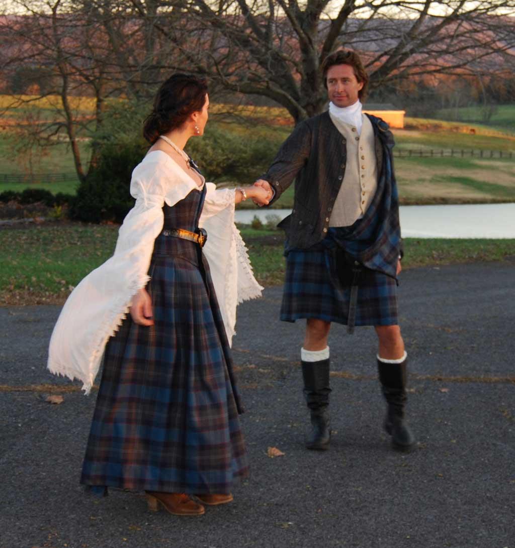 Trang phục cưới truyền thống là những chân váy kẻ caro