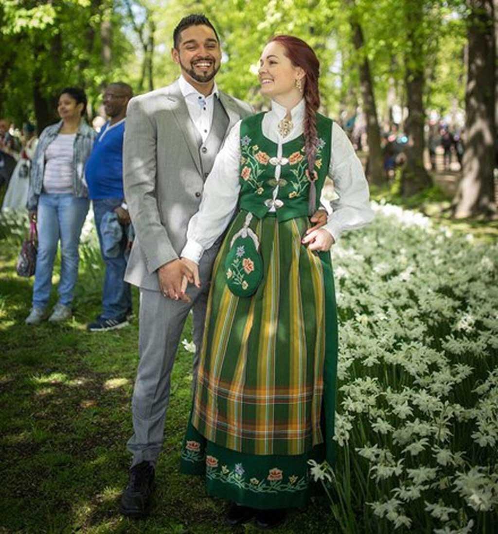 Trang phục cưới truyền thống phải nói là cực kỳ bắt mắt và rực rỡ