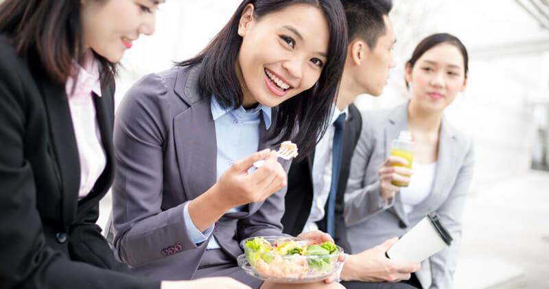 Vừa ăn vừa nói chuyện với đồng nghiệp là 1 thói quen gây lãng phí thời gian