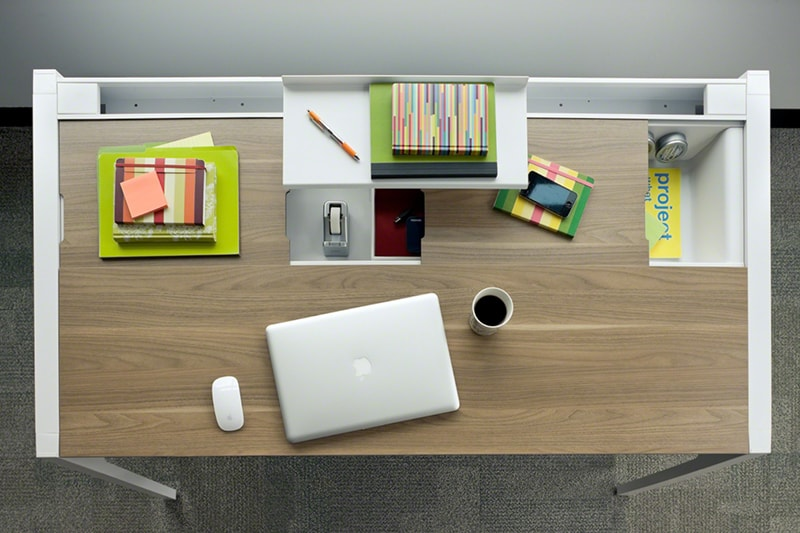 Sắp xếp bàn làm việc khoa học để tránh lãng phí thời gian.