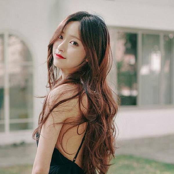 Vẻ đẹp mỹ miều khi nàng sở hữu tóc dài xoăn sóng nước.