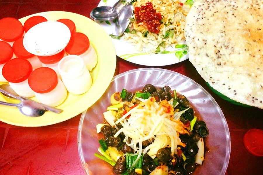 Ốc hút, yaourt muối, mít trộn, bánh tráng kẹp... những món ăn độc đáo dưới chân cầu Trần Thị Lý.