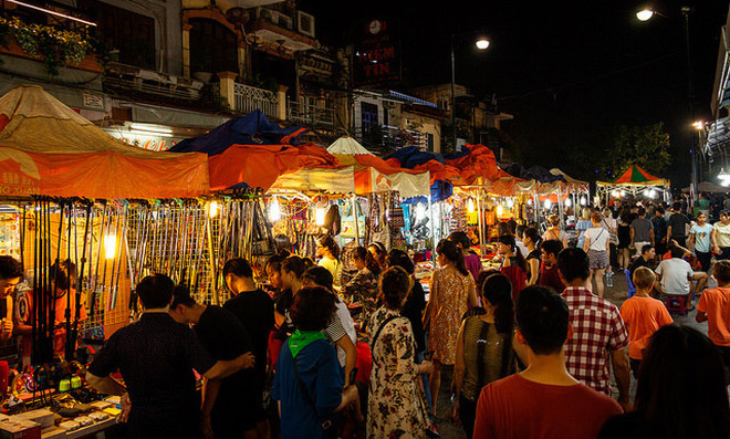 Chợ đêm Phố cổ Hà Nội bày bán những sản phẩm mang đậm chất bản sắc dân tộc