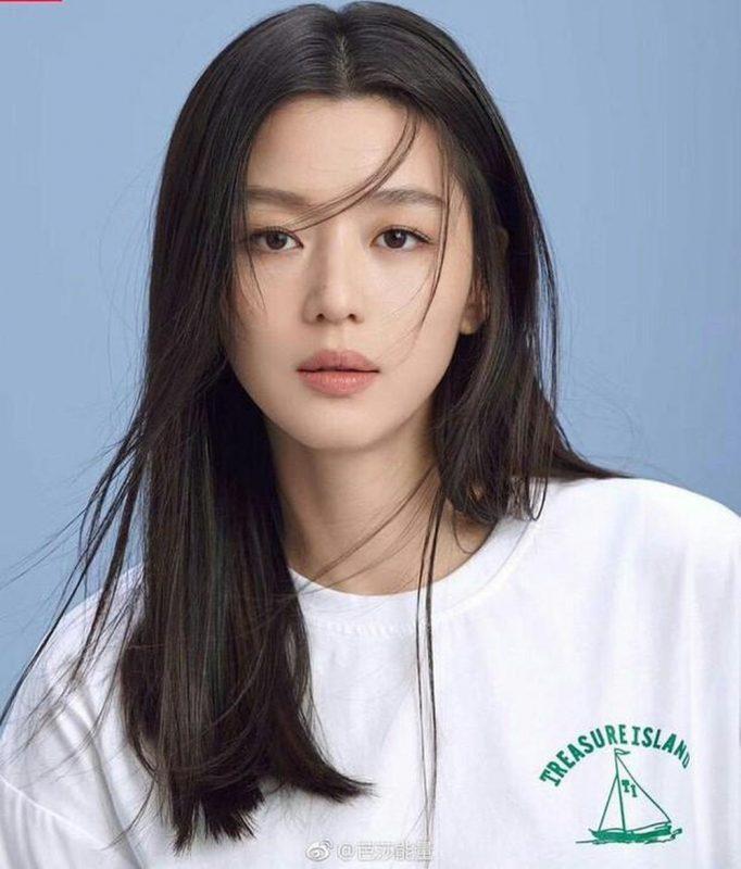 Jun Ji Hyun sở hữu gương mặt thanh thoát, tươi trẻ