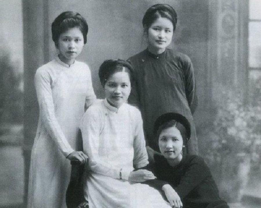 Áo dài xưa khá đơn giản với màu sắc trắng đen