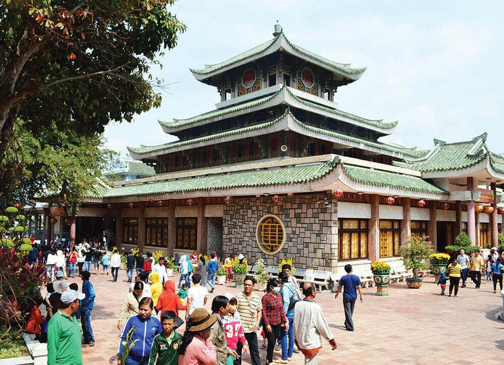 Chùa Bà Chúa Xứ tại An Giang thu hút đông đảo khách đến vào ngày đầu năm