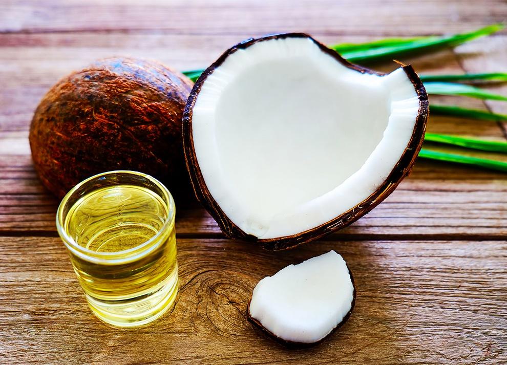 Dầu dừa chưa nhiều vitamin E trị nút nẻ, khô ráp