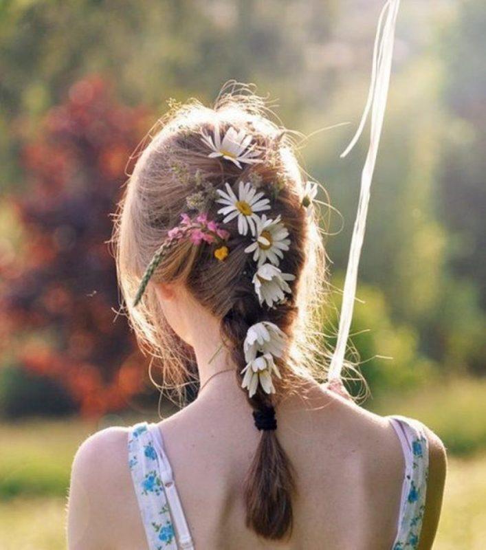 Cài hoa trên tóc khiến bạn dịu dàng hơn