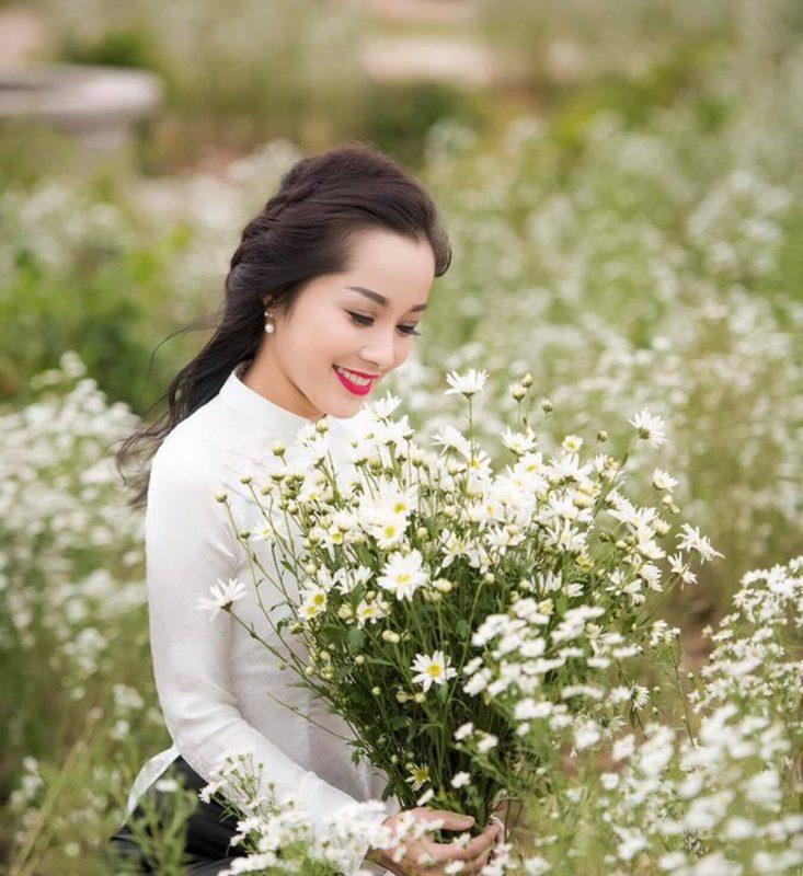 Tạo dáng thướt tha với những bông hoa xinh đẹp